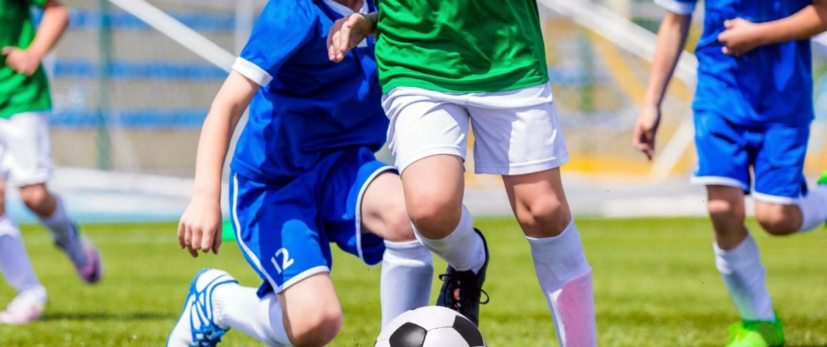 Chicos jugando fútbol