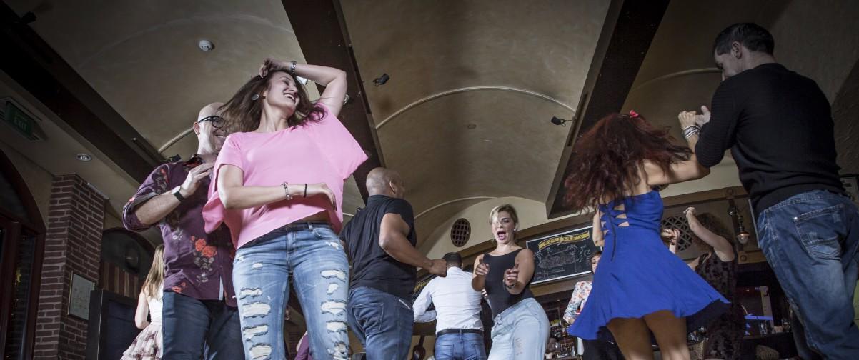 Personas bailando en discoteca
