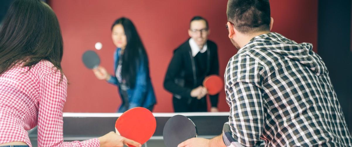 Chicos jugando ping-pong