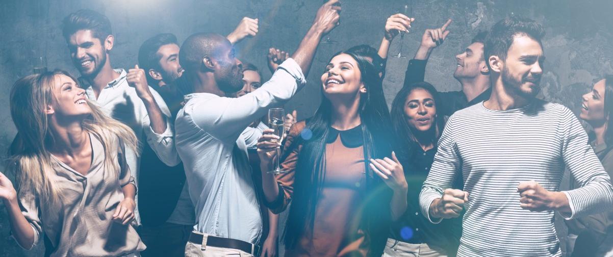 Gente bailando en un club