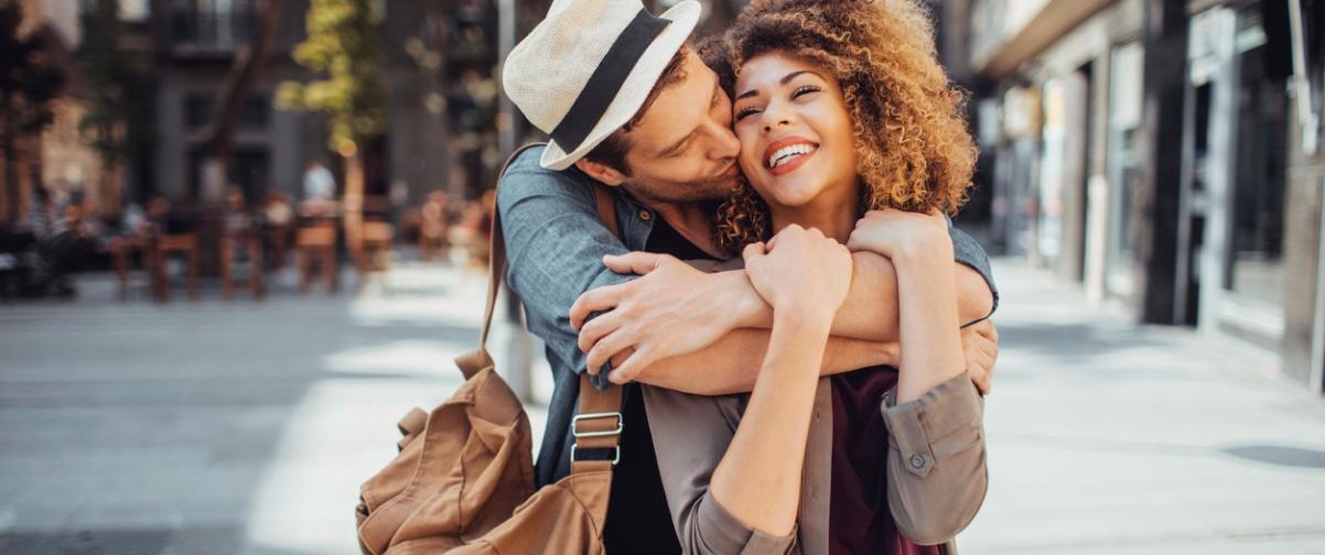 Viaje pareja, abrazo