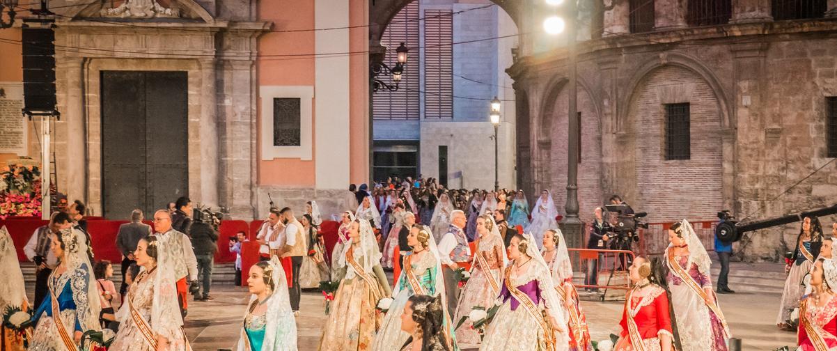Guía Valencia, Falleras en la plaza