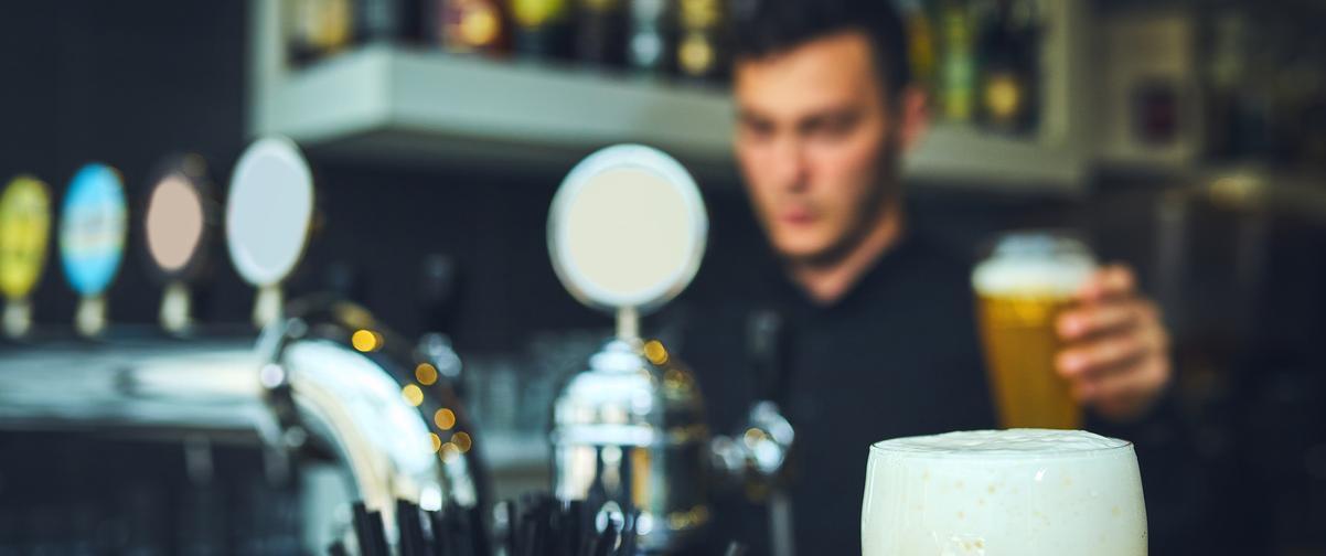 Guía Córdoba, Camarero sirviendo una cerveza