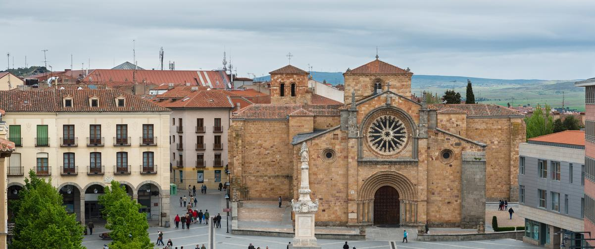 Guía Ávila, Plaza con gente paseando