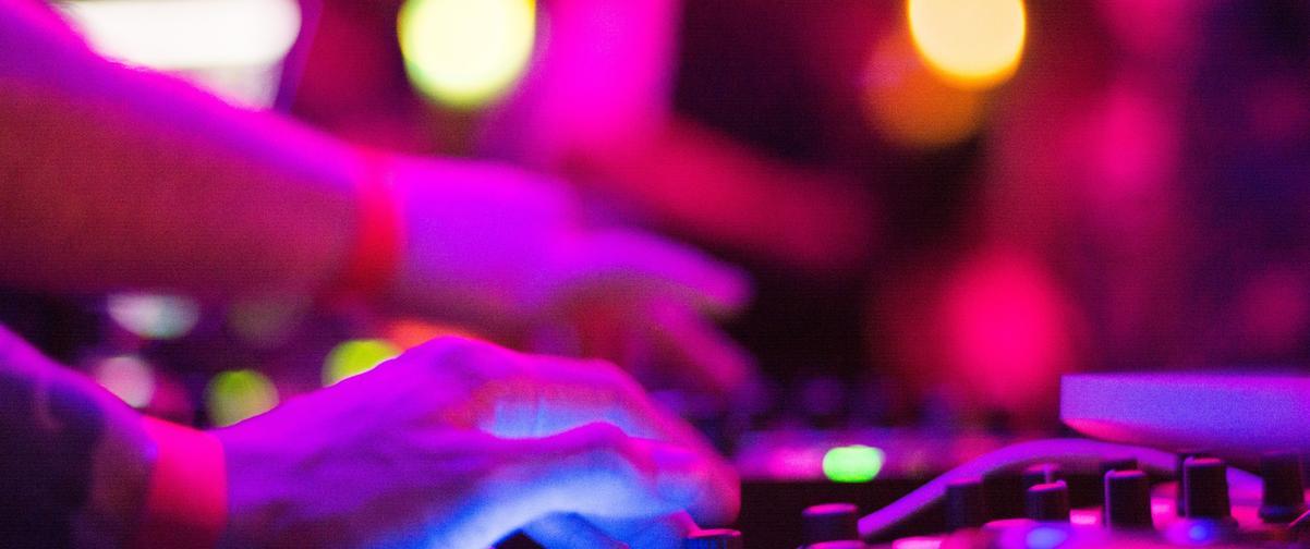 Guía Ibiza, Dj pinchando música en discoteca