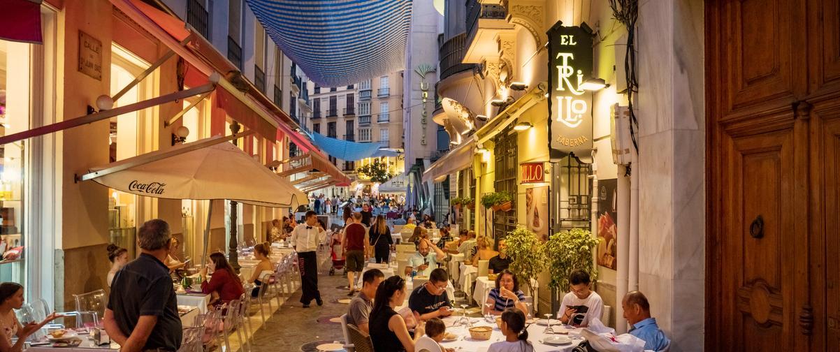 Guía Málaga, Gente cenando en terraza