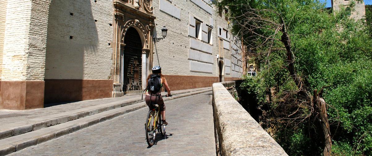 Guía Granada, Chica en bicicleta